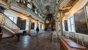 Gråsten Slotskirke - kirkerummet med alteret.